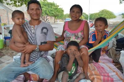 Chila-com-seu-esposo-Elvis-e-as-crianças-acampados-em-terreno-baldiu-no-bairro-Pintolândia-em-Boa-Vista.jpg