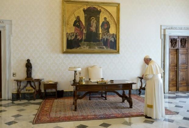 Papa-Francisco-rezando-VATICANMEDIA.jpg