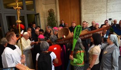 1.-Capa_Papa-Francisco-recebe-uma-das-canoas-na-entrada-da-sala-so-Sínodo_Foto_Jaime-C.-Patias-1-1536x889.jpg